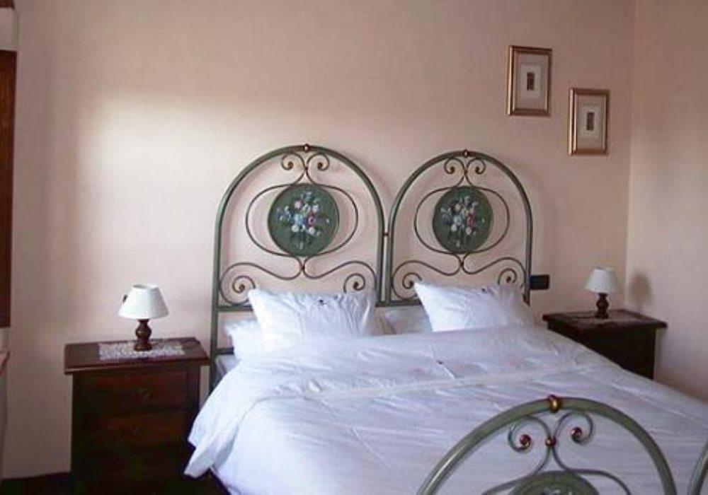 IL LOGGIATO 2 camereda letto, 1 bagno , soggiorno con camino ,1 cucinotto. 3+2 posti letto